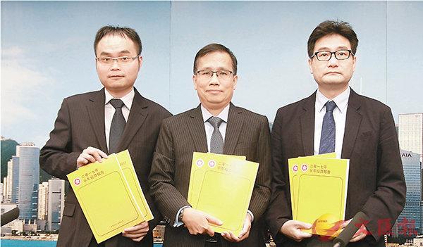 ■歐錫熊(中)預料,香港經濟在今年餘下時間將會繼續穩健增長。香港文匯報記者彭子文  攝