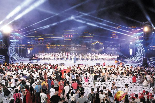 ■10日晚,中外69支合唱隊五千餘人同唱侗族大歌「哆耶」,將活動推向高潮。