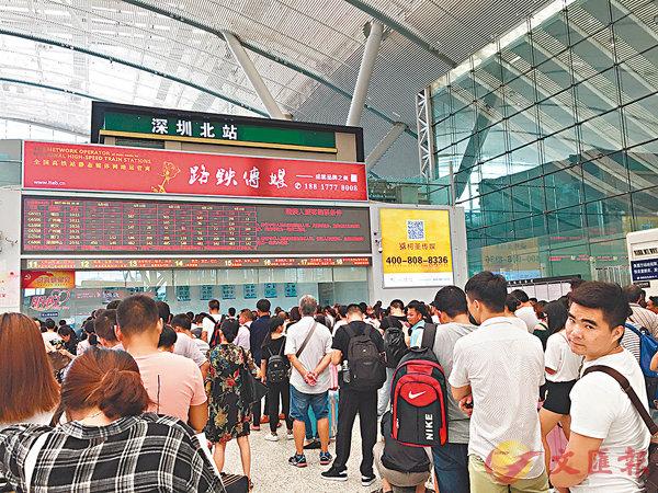 ■在深圳北站取票,排隊人龍長,更需經實名驗證進站、安檢進站等等,港人需預留充足時間。