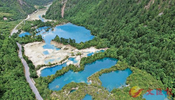 ■高清航拍圖中的九寨溝景區山色秀麗,海子清澈湛藍。 中新社