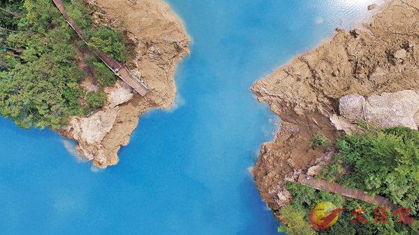 ■火花海景點雖然受損,但震後湖水逐漸恢復正常,同樣藍得美麗。 中新社