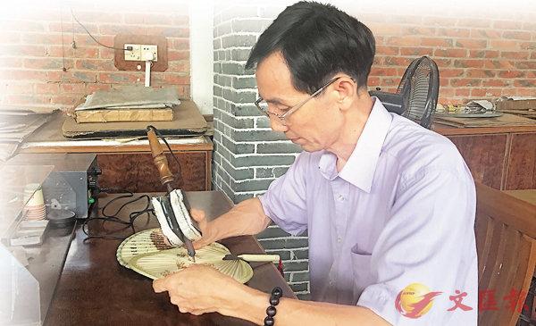 ■新會葵藝有��1600多年的發展歷史。圖為傳承人廖惠林展示其高超的「烙畫」技術。香港文匯報記者黃寶儀  攝