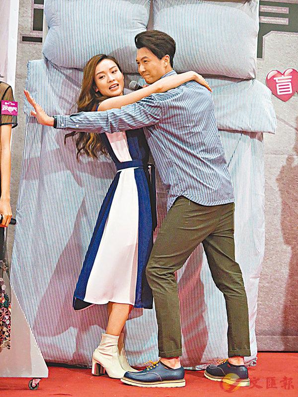 ■王浩信(右)重演《踩過界》和李佳芯(左)的床上激戰。