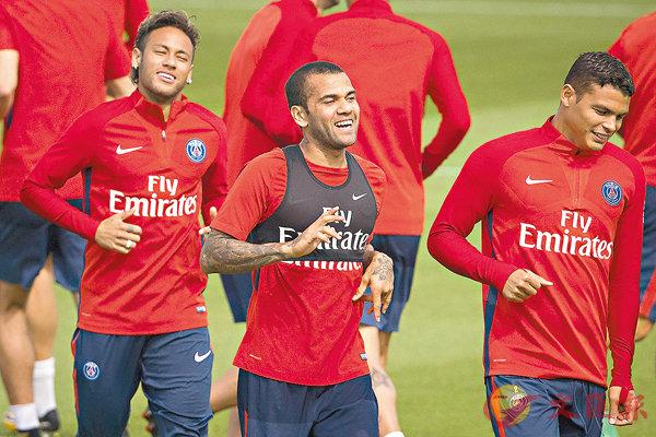 ■(左起)尼馬、丹尼爾與堤亞高施華三名PSG巴西兵為新球季備戰。  美聯社