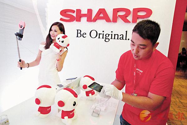 ■Sharp日前在北京發佈最新手機AQUOS S2。 美聯社