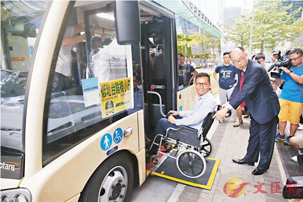 ■陳帆推�荍中W輪椅的陳�絔g,登上新落地的19座低地台小巴。 香港文匯報記者莫雪芝  攝