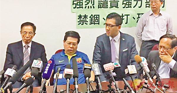 ■在李柱銘(左一)、何俊仁(右一)及林卓廷(右二)陪同下,林子健(左二)早前召開記者會,報稱遭人「擄走虐打」。 網上截圖