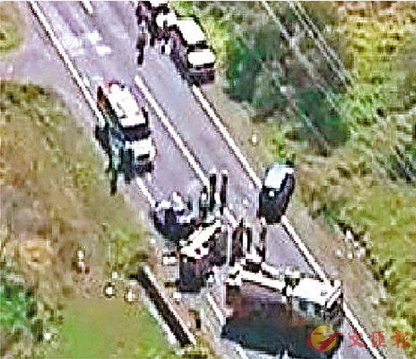 ■一家四口港人家庭在澳洲自駕遊失事,全車嚴重毀爛兩人當場死亡。 互聯網圖片