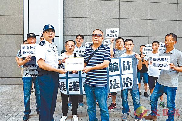 ■警方代表接收請願信。香港文匯報記者文森 攝