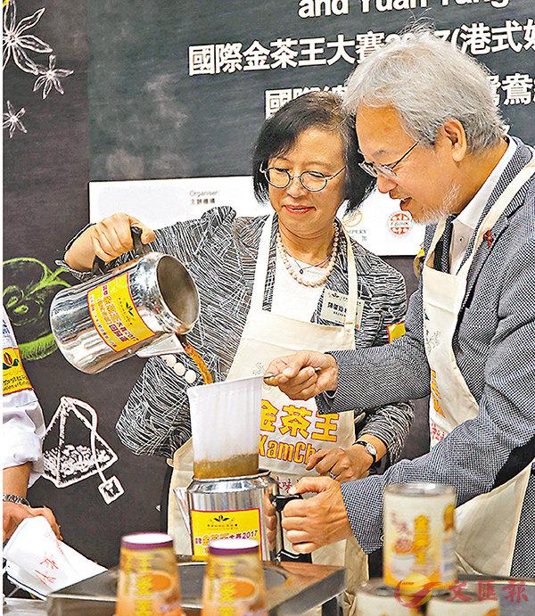 ■陳肇始親身落埸沖茶,為慈善機構籌得6萬元善款,成為「慈善女茶王」。 香港文匯報記者莫雪芝  攝