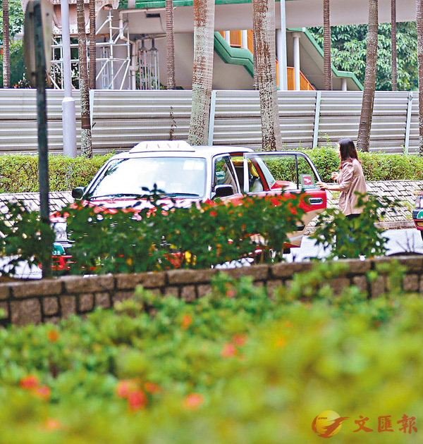■香港文匯報記者7月連續多日在劉小麗住所外觀察,她每次出門都以的士代步,印證她曾說一世搭的士出入都無問題所言非虛。