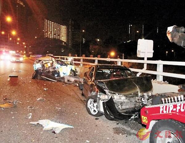 ■被巴士連撞的警車、私家車及拖車均損毀嚴重。 網上圖片