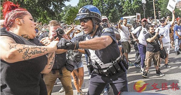 ■警員分開兩派人士,以防爆發衡突。 路透社