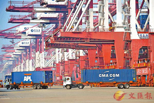 ■中國商務部對美國日前啟動的「301調查」表示「強烈不滿」。圖為繁忙的青島貨櫃碼頭。 資料圖片
