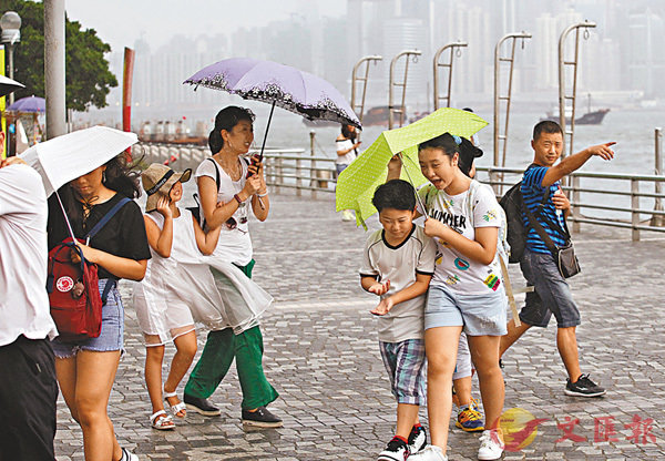 ■本港昨晚吹強風程度偏北風,風勢繼續增強,今早漸轉吹東至東南風,有狂風大驟雨及雷暴。 香港文匯報記者曾慶威 攝