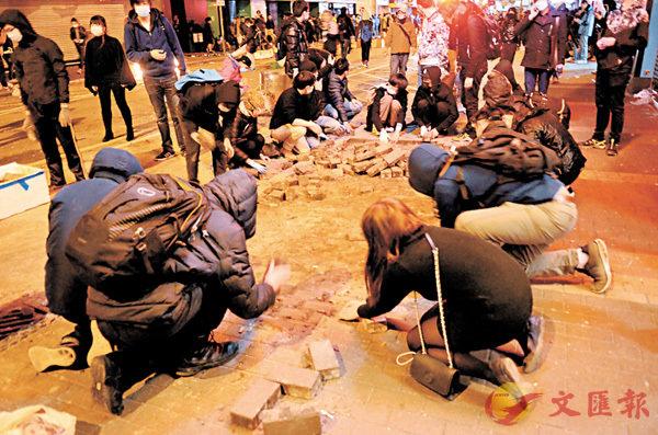■旺暴當晚一批示威者在路麵掘地磚。 資料圖片