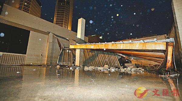 ■建築物不敵強風倒塌。 美聯社