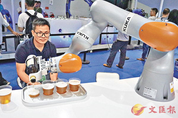 ■德國庫卡公司帶來的一款能夠精確倒啤酒的機器人LBR iiwa。香港文匯報記者敖敏輝 攝
