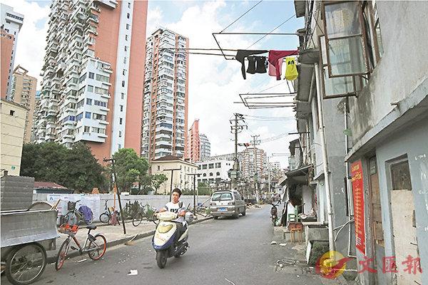 ■在過去的八年,中國已累計使8,000多萬住房困難民眾「出棚進樓」。圖為上海張橋棚戶區。 中央社