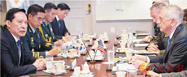 ■韓國防長宋永武(左一)與美國防長馬蒂斯(右一)會麵時,討論半島部署核武。 法新社