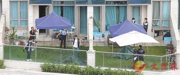 ■警方分別在女死者跌墮平台花園(右),及男死者跌墮平台花園調查蒐證。香港文匯報記者 劉友光 攝