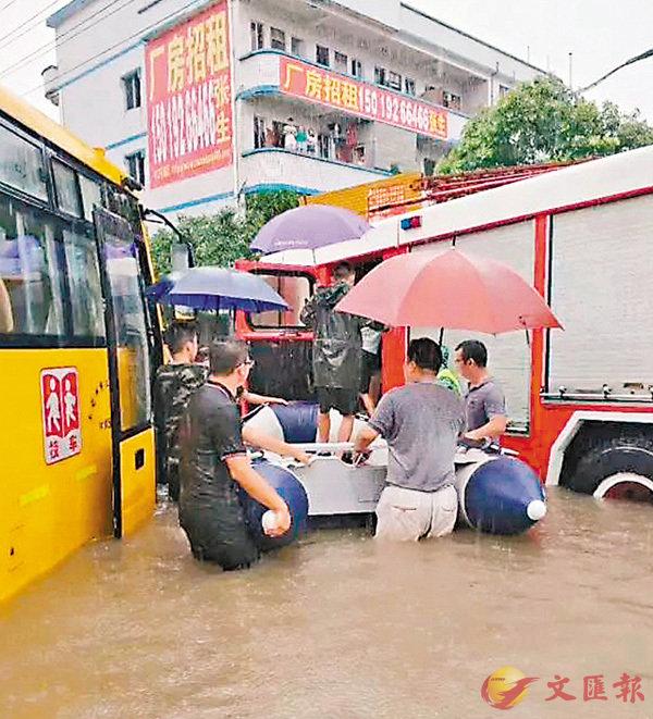 ■颱風「瑪娃」帶來的強降雨,昨日造成廣東多地街道水浸。圖為東莞校車因水位淹過發動機熄火,消防出動橡皮艇轉移學生。 網上圖片