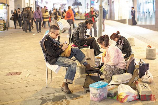 ■香港貧富懸殊問題嚴重。圖為低收入的街頭刷鞋工作。 資料圖片