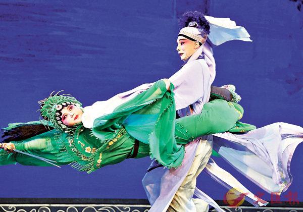■楊霞雲(左一)在婺劇《白蛇傳.斷橋》中飾演小青。