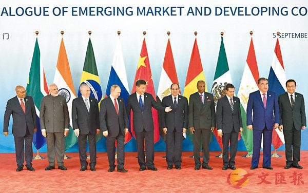 ■習近平同出席對話會的各國領導人集體合影。  法新社
