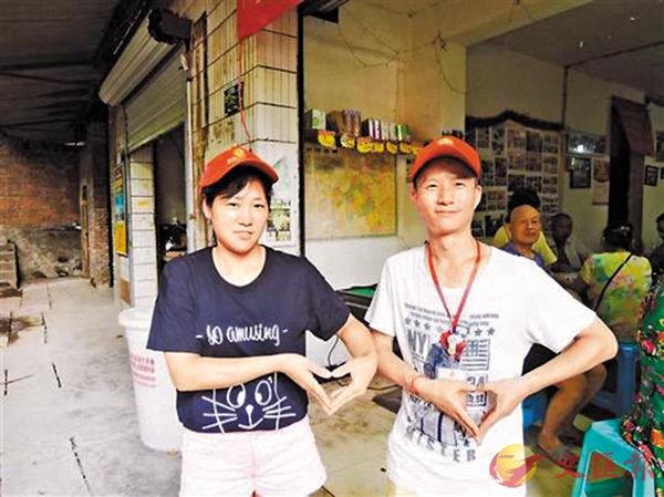 ■易勇(右)和妻子李飛燕為聾啞人尋找就業機會。 香港文匯報重慶傳真
