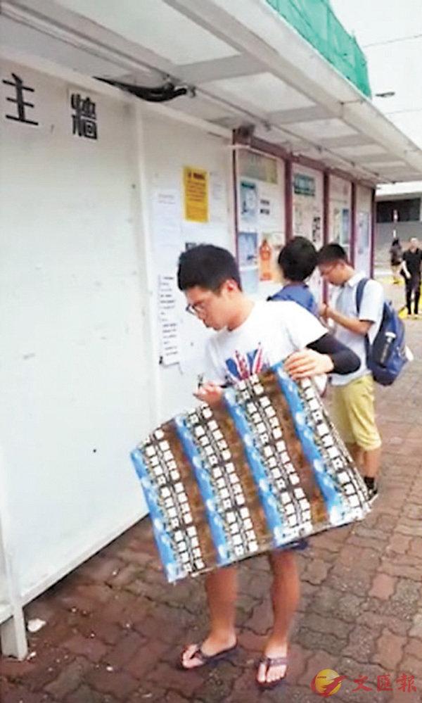 ■疑似「獨」派學生因懼犯眾怒,悄悄將「獨」海報除下。 fb截圖