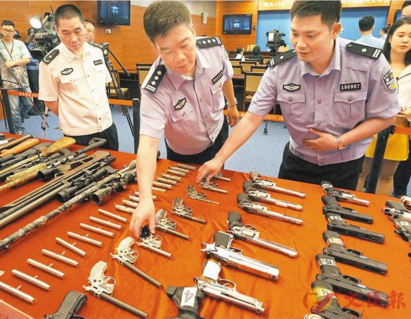 ■廣東警方繳獲大批槍支。香港文匯報記者敖敏輝 攝