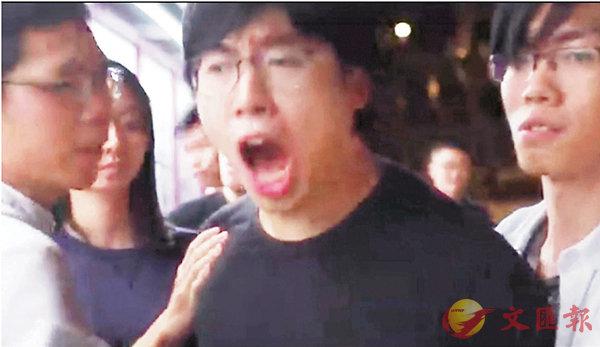 ■周�X峰以「滾回支那」辱華字眼,對內地生惡意人身攻擊,其他學生會成員聞言亦知闖禍,合數人之力將他拉走。網上片段截圖