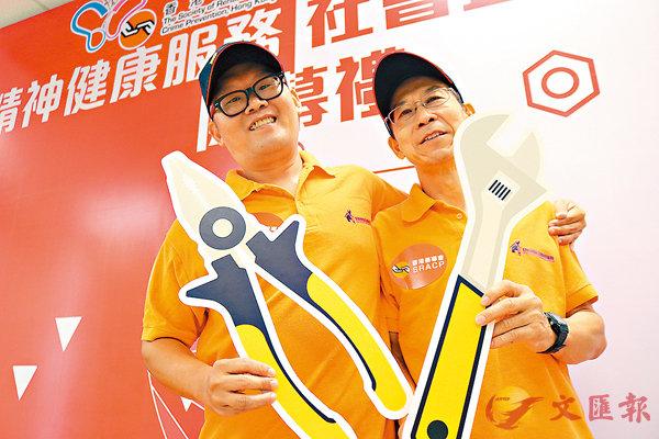 ■阿文(左)與梁師傅亦師亦友。香港文匯報記者莊禮傑  攝