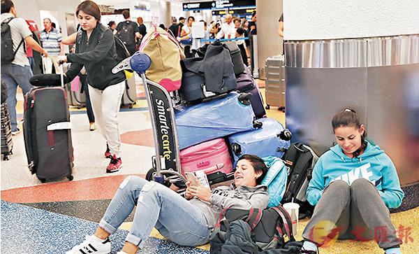 ■邁阿密居民在機場等候離開。 美聯社