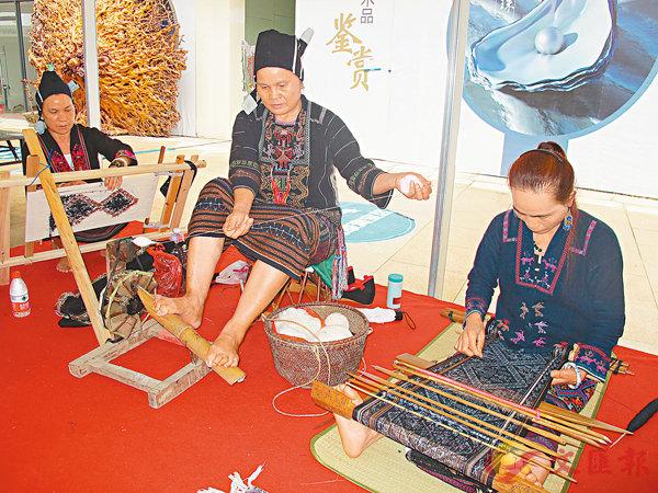 ■符拜馬丁與符林早演示腳踏紡車與「絣染」工藝。香港文匯報記者何玫 攝