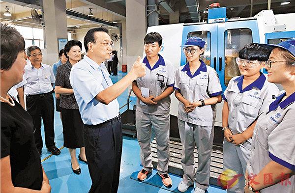 ■李克強昨日在天津職業技術師範大學數字製造技術實訓室與學生們交流。 新華社