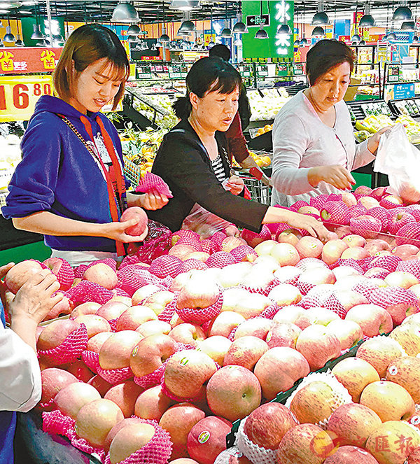 ■專家預計,食品價格回升可能推動CPI在年底升至2.0%以上。圖為四川成都民眾在選購水果。 中新社