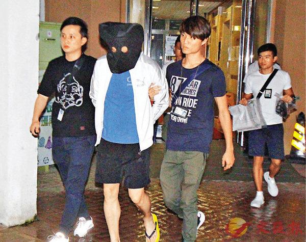 ■警方在將軍澳彩明苑拘捕涉非法收受賭注男子。香港文匯報記者鄺福強 攝