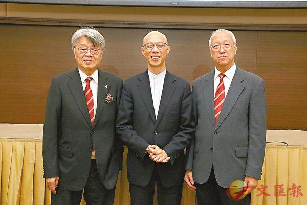 ■左起:劉鐵成、黃錦星、袁武合照。 香港文匯報記者鄧學修  攝