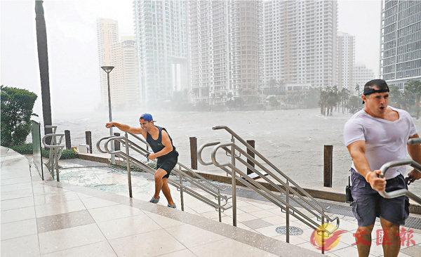 ■邁阿密市中心成為澤國,「追風者」與狂風角力。 法新社