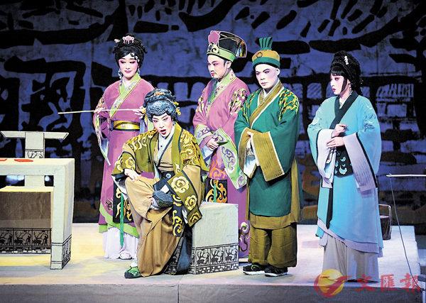 ■閩劇《蘇秦還鄉》在北京演出,吸引戲迷到場觀看。