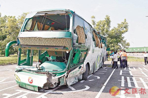 台大巴高速路撞欄釀6亡11傷 (圖)