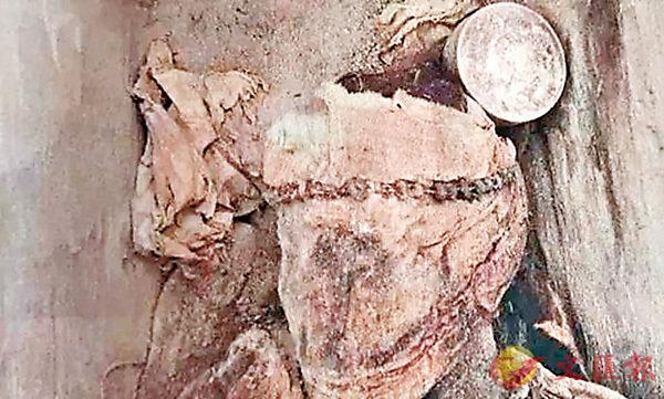 ■墓葬中的墓主頭戴花環。網上圖片