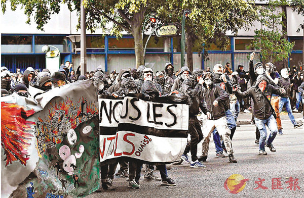 ■法國大罷工,巴黎有示威者擲石。 法新社
