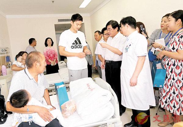 ■寧澤濤(中)看望病區兒童。香港文匯報記者馮雷  攝