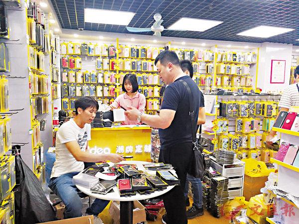 ■來自濟南的張老闆預定了一批iPhone8 手機殼。香港文匯報記者郭若溪 攝