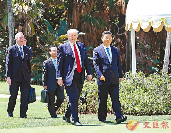 ■特朗普將於今年底首次對中國進行國事訪問。圖為今年4月,習近平與特朗普在海湖莊園會晤。 資料圖片
