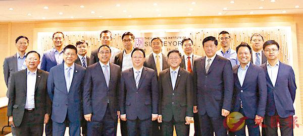 ■譚鐵牛副主任(前排左四)與香港測量師學會理事會及分組代表合影。中聯辦圖片
