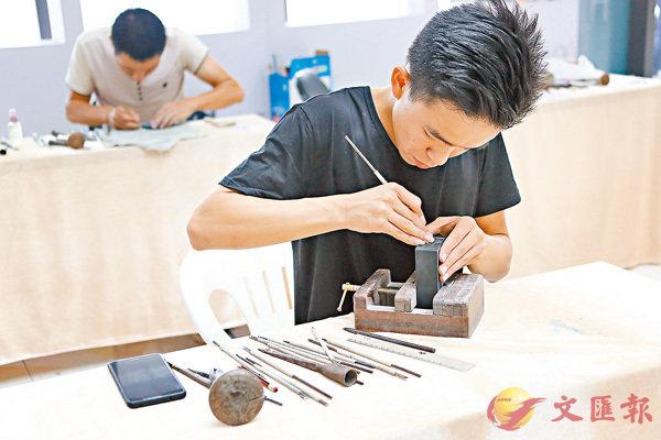 ■江班超正在雕刻作品。 網上圖片